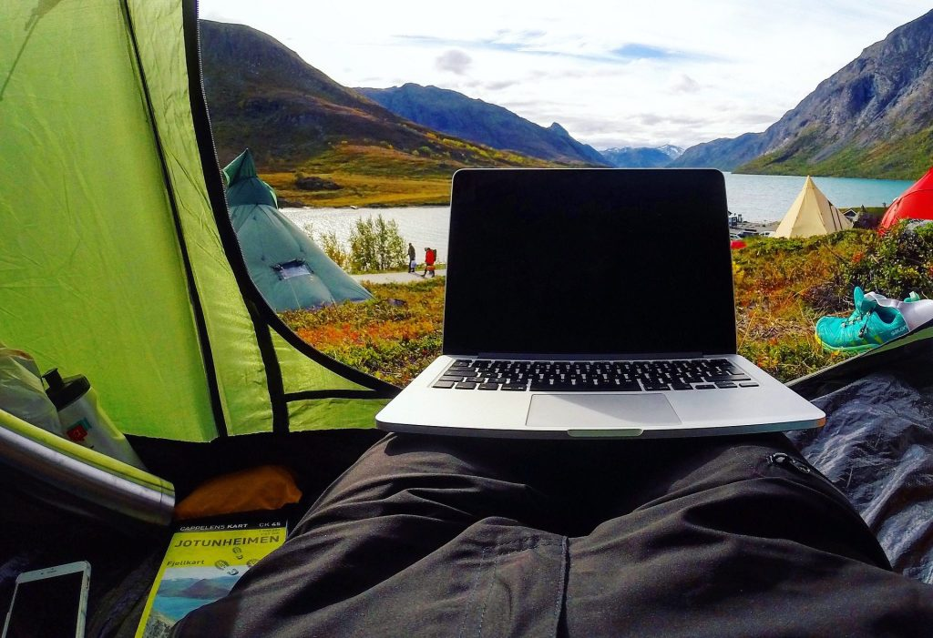 Notebook / Laptop im Sommer richtig nutzen: So schützen Sie ihn vor Sonne und Hitze