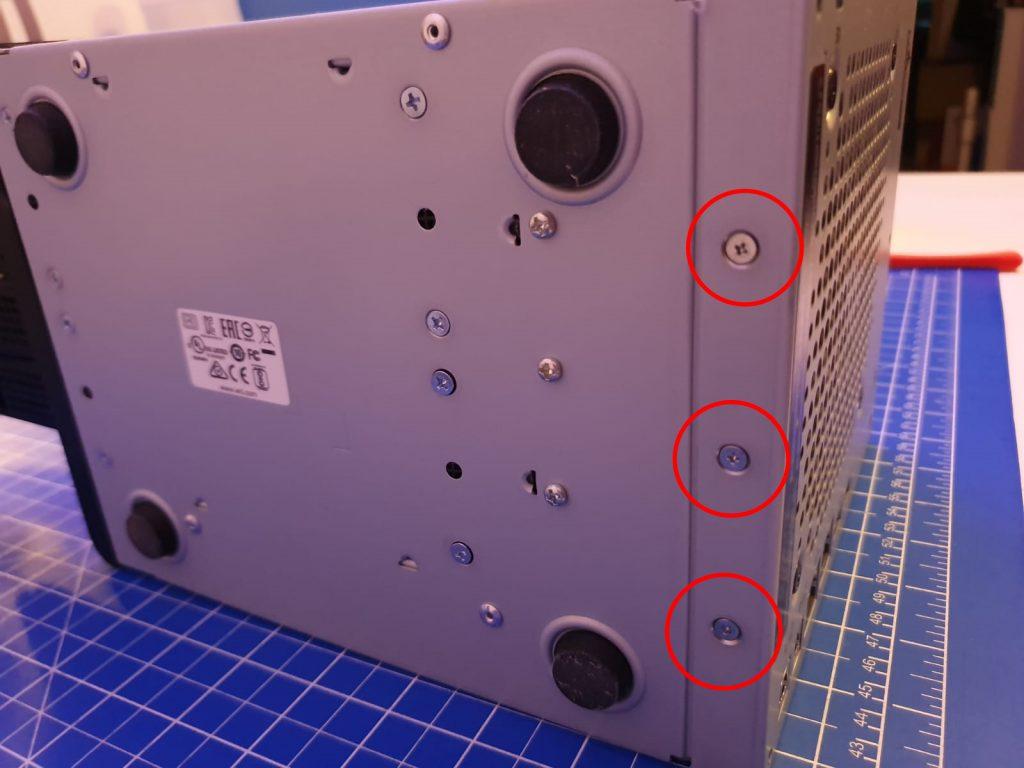 Drei Schrauben auf der Unterseite der WD My Cloud PR4100 entfernen