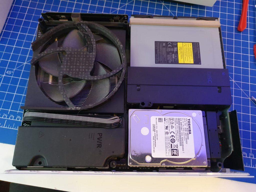 Innenleben der Xbox One S, Prozessorlüfter, Festplatte, Netzteil, Blu-Ray Laufwerk